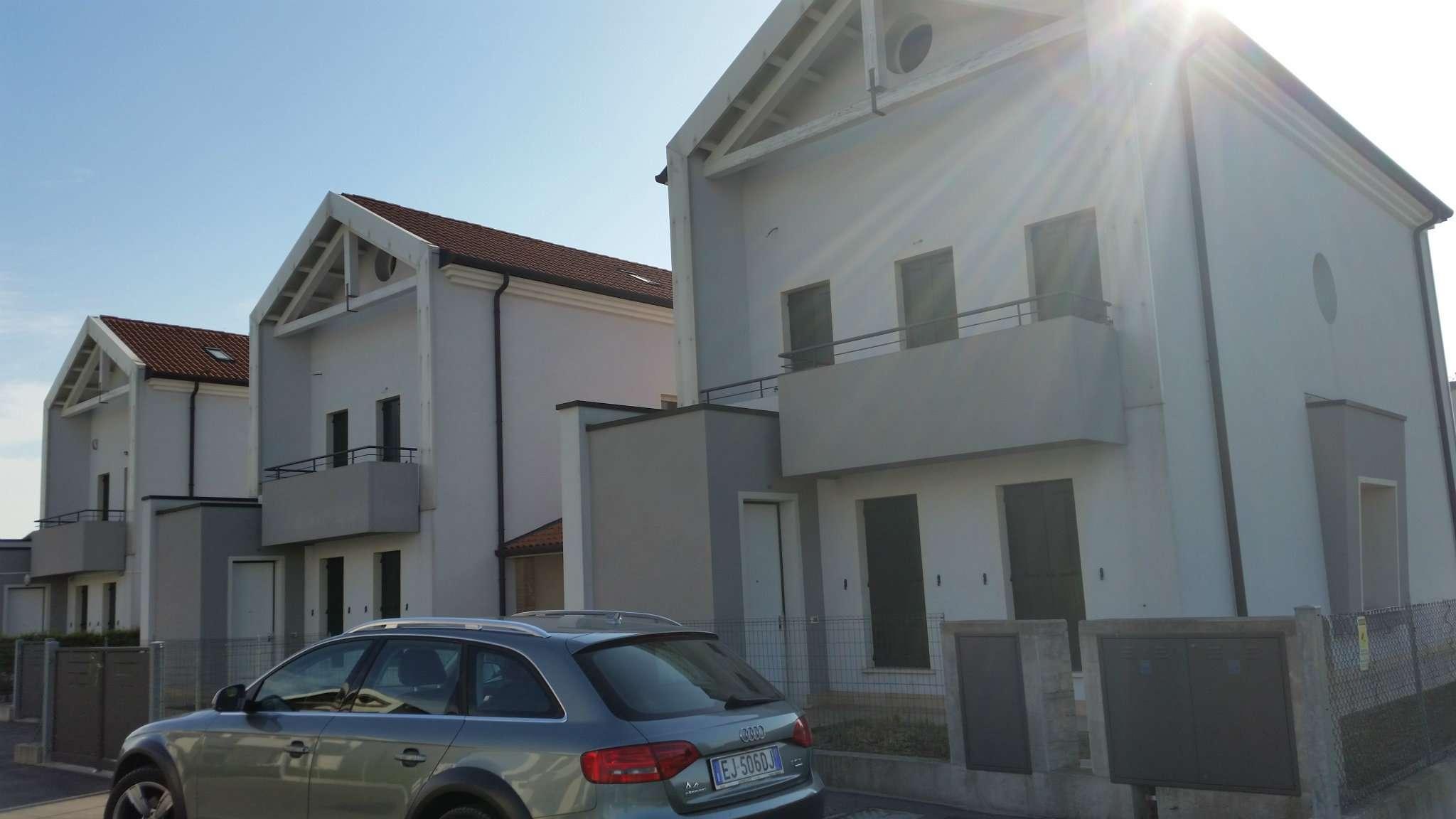 Villa Tri-Quadrifamiliare in vendita a Fiesso d'Artico, 12 locali, prezzo € 199.000 | CambioCasa.it