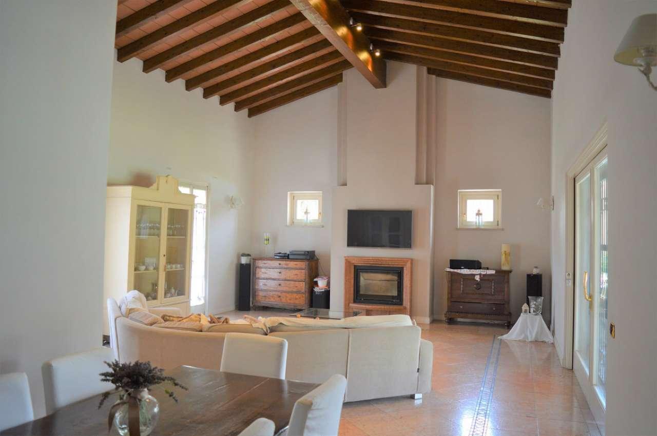 Villa in vendita a Montirone, 7 locali, Trattative riservate | CambioCasa.it