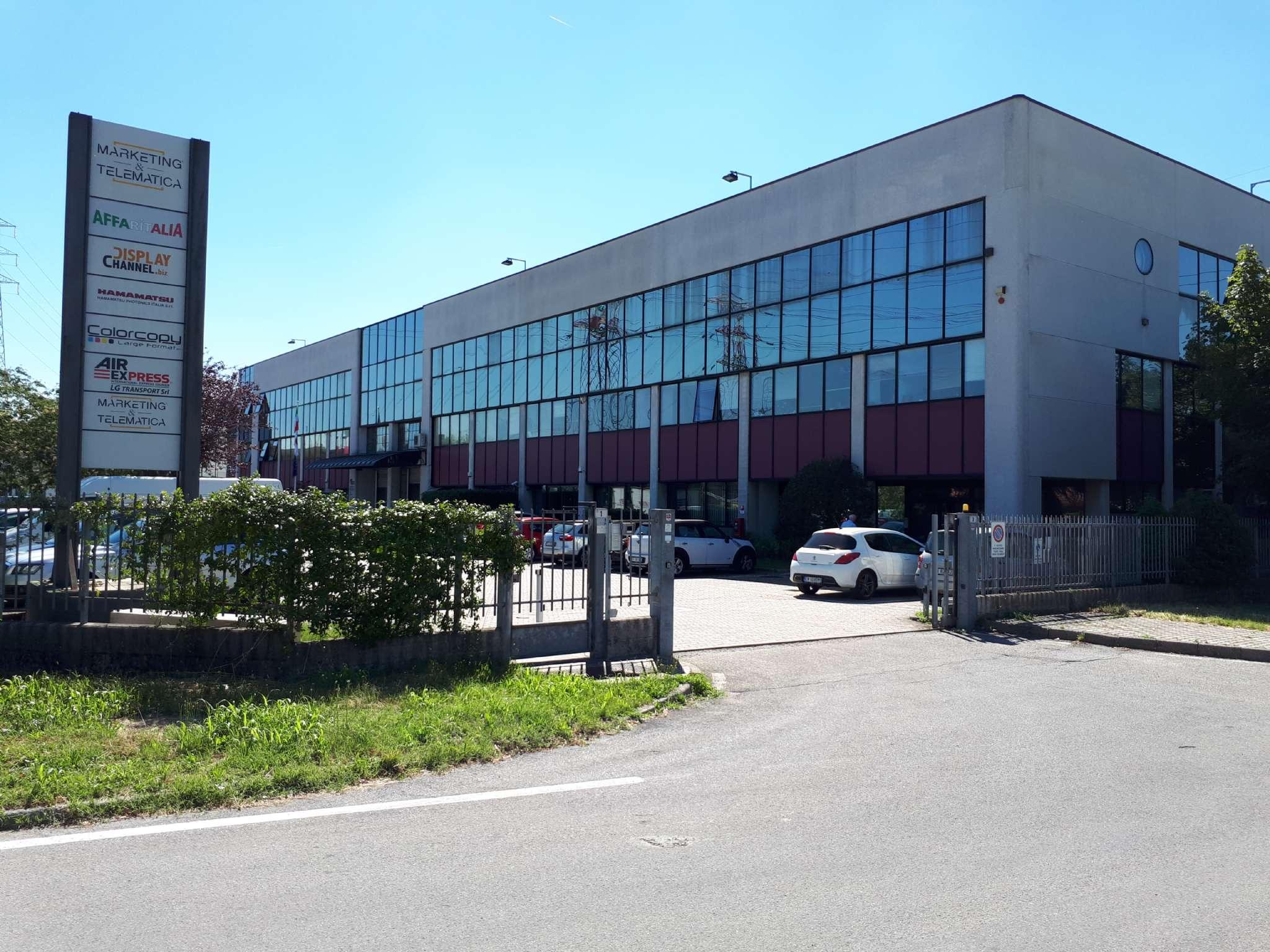 Immobile Commerciale in affitto a Arese, 3 locali, prezzo € 920 | CambioCasa.it