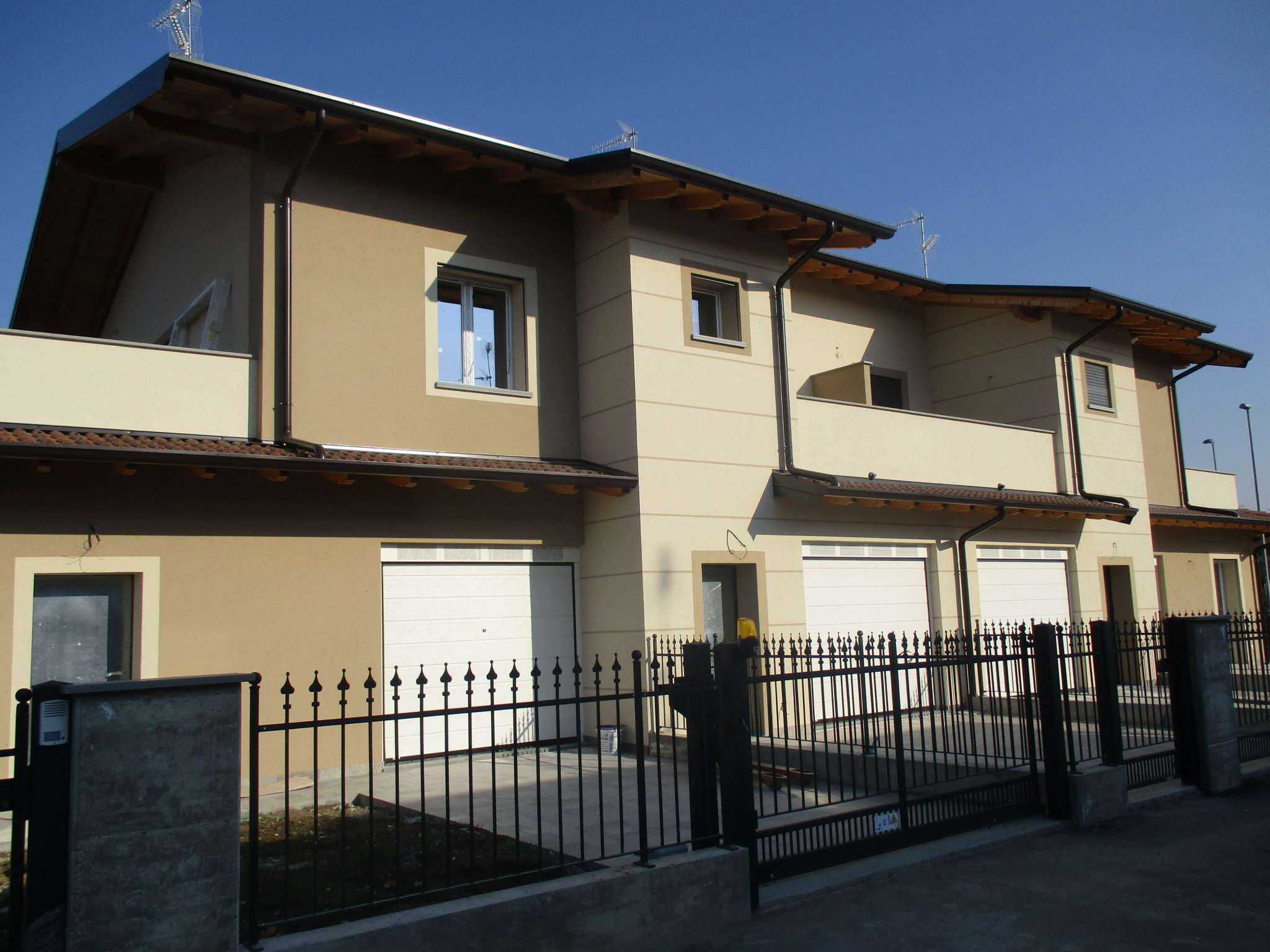 Villa in vendita a Romano di Lombardia, 4 locali, prezzo € 275.000   CambioCasa.it