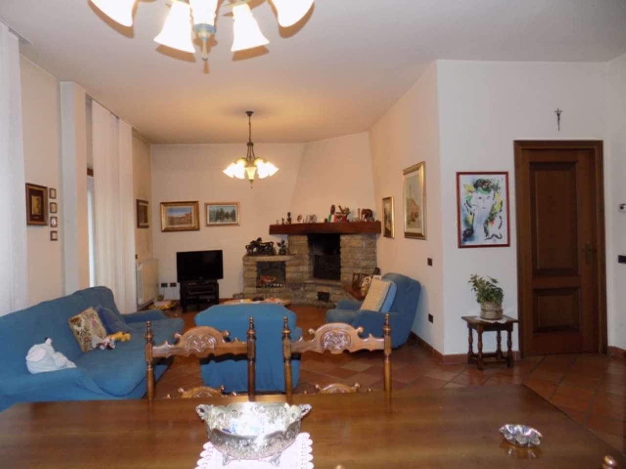 Villa Bifamiliare in vendita a Senago, 12 locali, Trattative riservate | CambioCasa.it