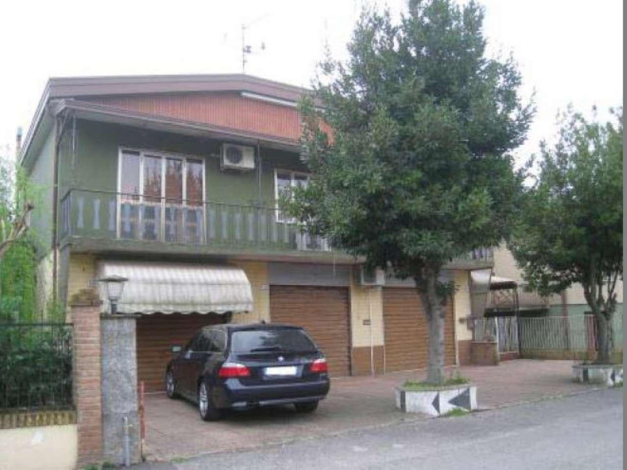 Appartamento in discrete condizioni parzialmente arredato in vendita Rif. 7475577