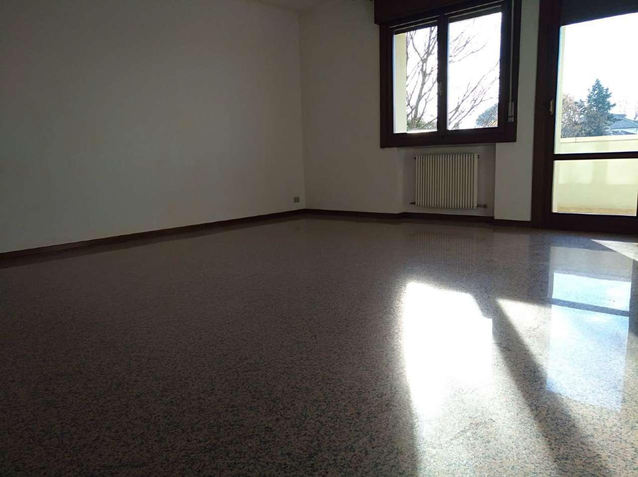 Appartamento in buone condizioni in affitto Rif. 6952350
