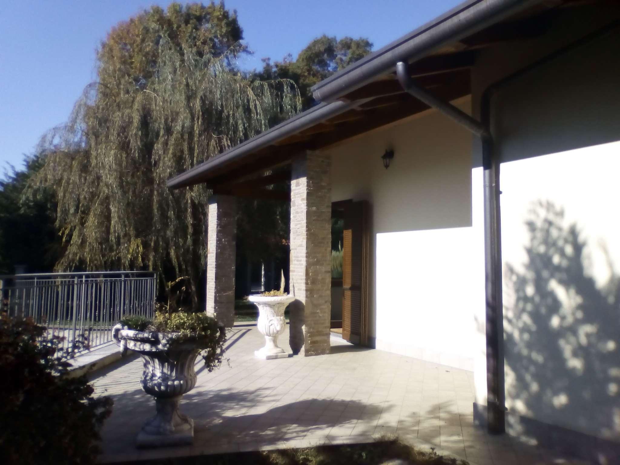 Villa in vendita a Barasso, 7 locali, prezzo € 600.000 | CambioCasa.it