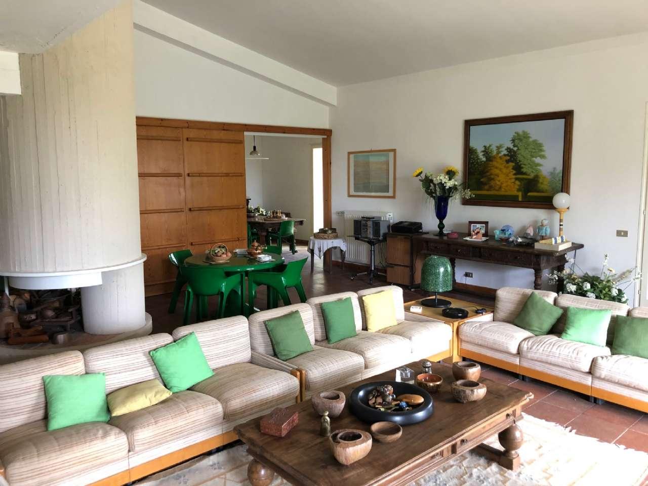 Villa in vendita a Ronciglione, 9 locali, prezzo € 220.000 | CambioCasa.it