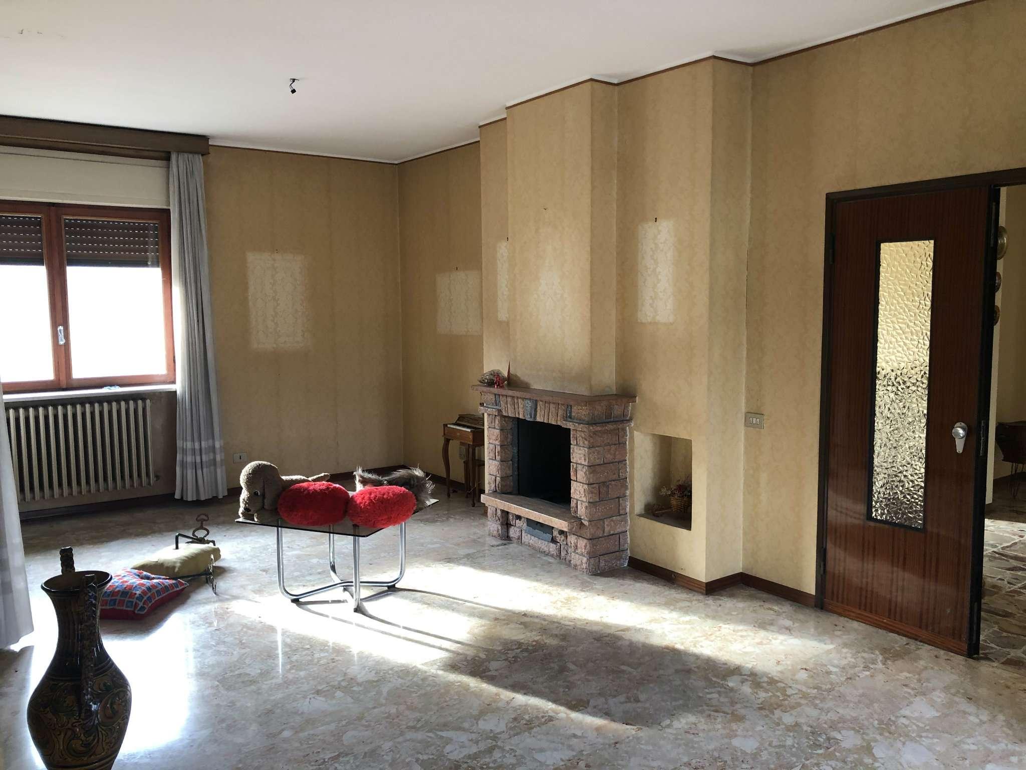 Appartamento in vendita a Brebbia, 8 locali, prezzo € 320.000 | CambioCasa.it