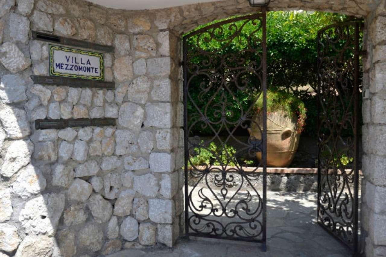 Capri Sopramonte, vendesi appartamento di 90 mq. con  piccolo cortile privato in ottimo contesto .