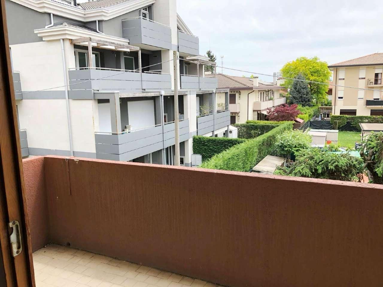 Appartamento in discrete condizioni arredato in affitto Rif. 6481011