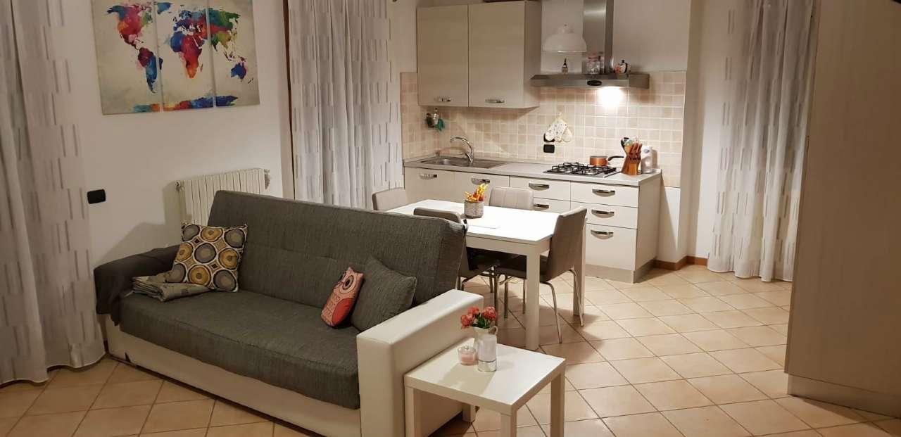 Appartamento in buone condizioni parzialmente arredato in affitto Rif. 8649148