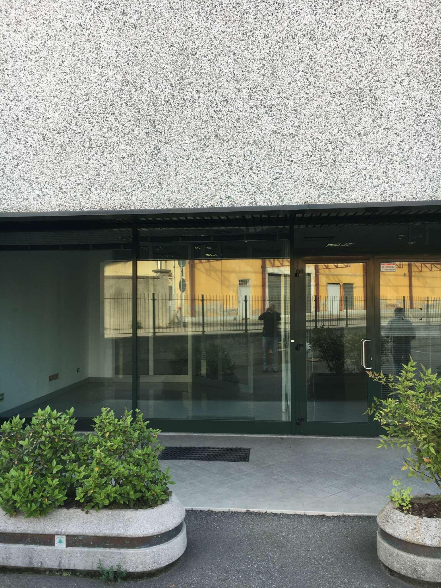 Immagine immobiliare CAMBIANO LOCALE COMMERCIALE 130 MQ  Disponiamo di un bellissimo locale commerciale in Cambiano da 130 mq circa con ampio parcheggio di fronte. Il locale è composto all'ingresso da 4 minibox con parete a vetrata, utile per area...