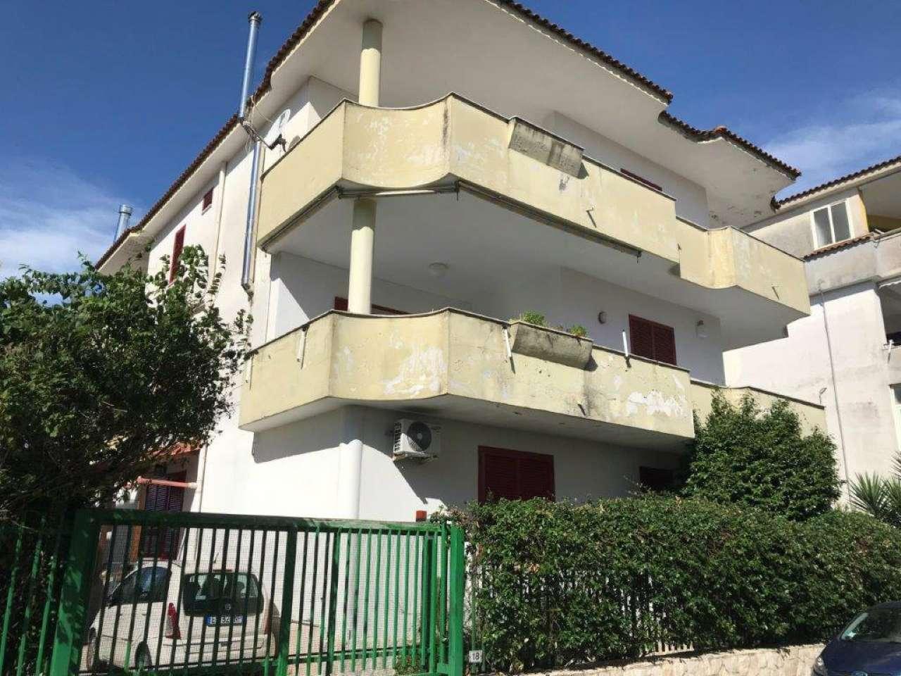 Appartamento in buone condizioni in affitto Rif. 8939053