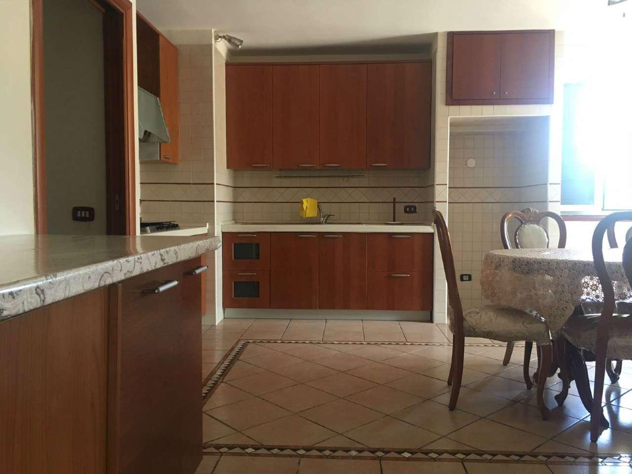 Appartamento in buone condizioni parzialmente arredato in affitto Rif. 6937424
