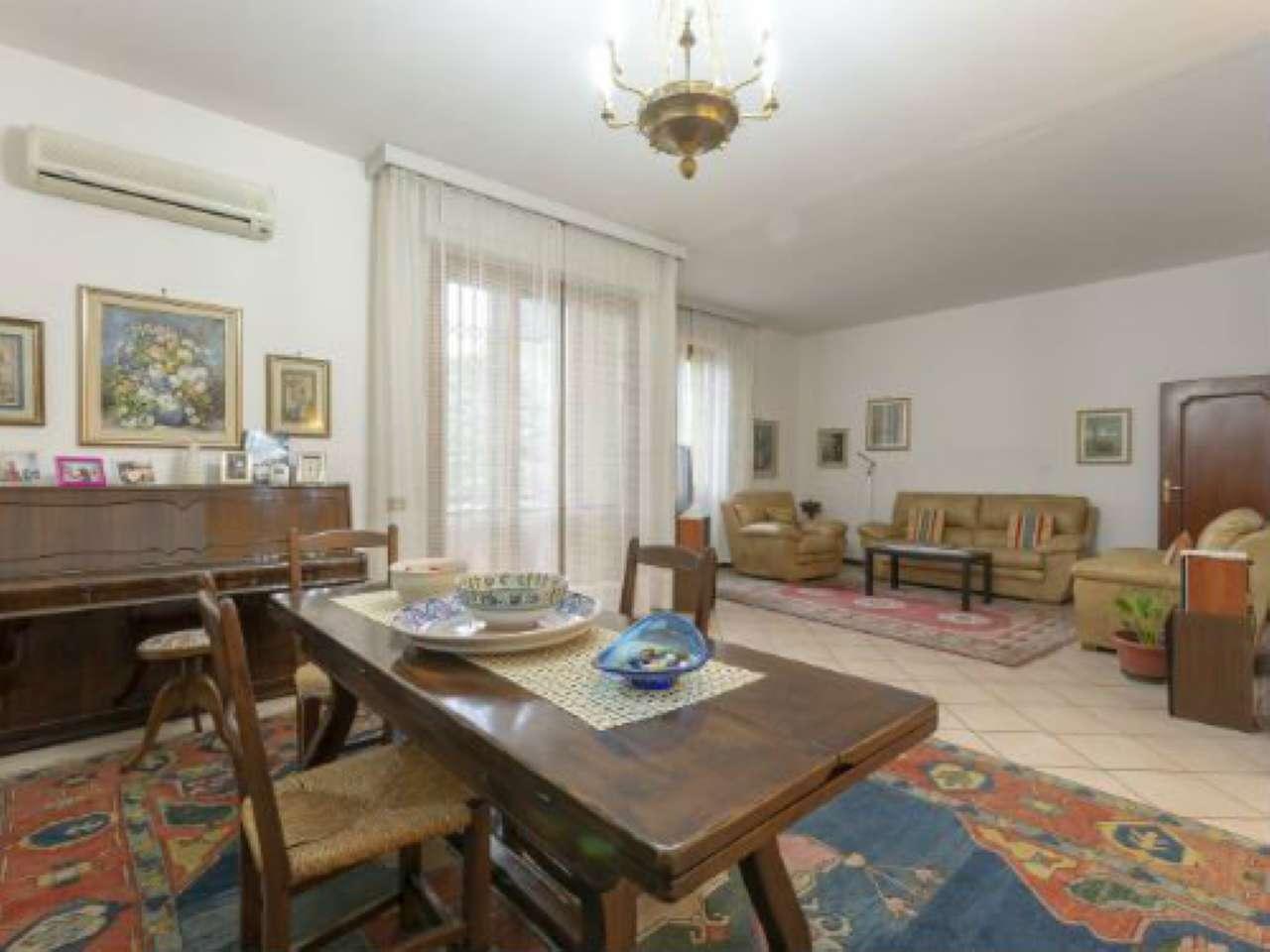 Appartamento in buone condizioni in vendita Rif. 9308439