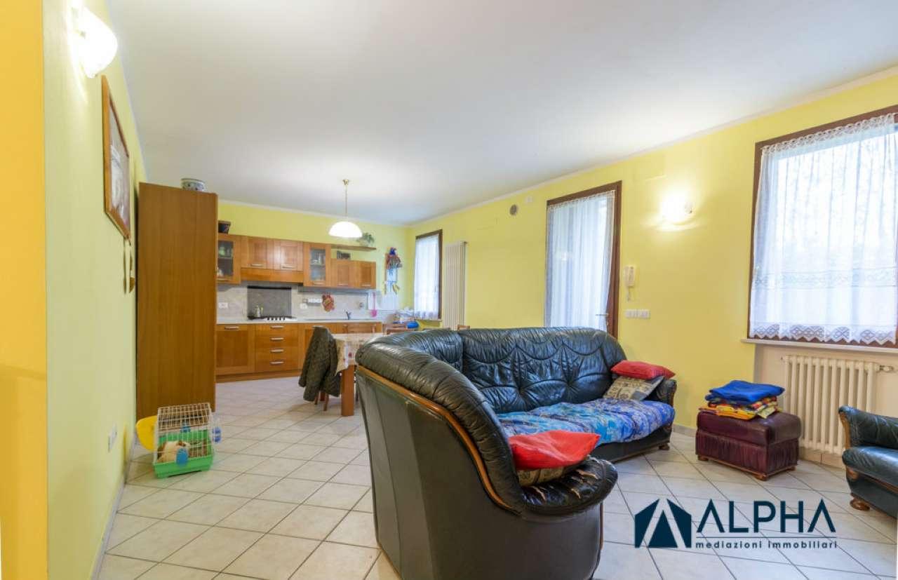 Appartamento in buone condizioni parzialmente arredato in vendita Rif. 8649625