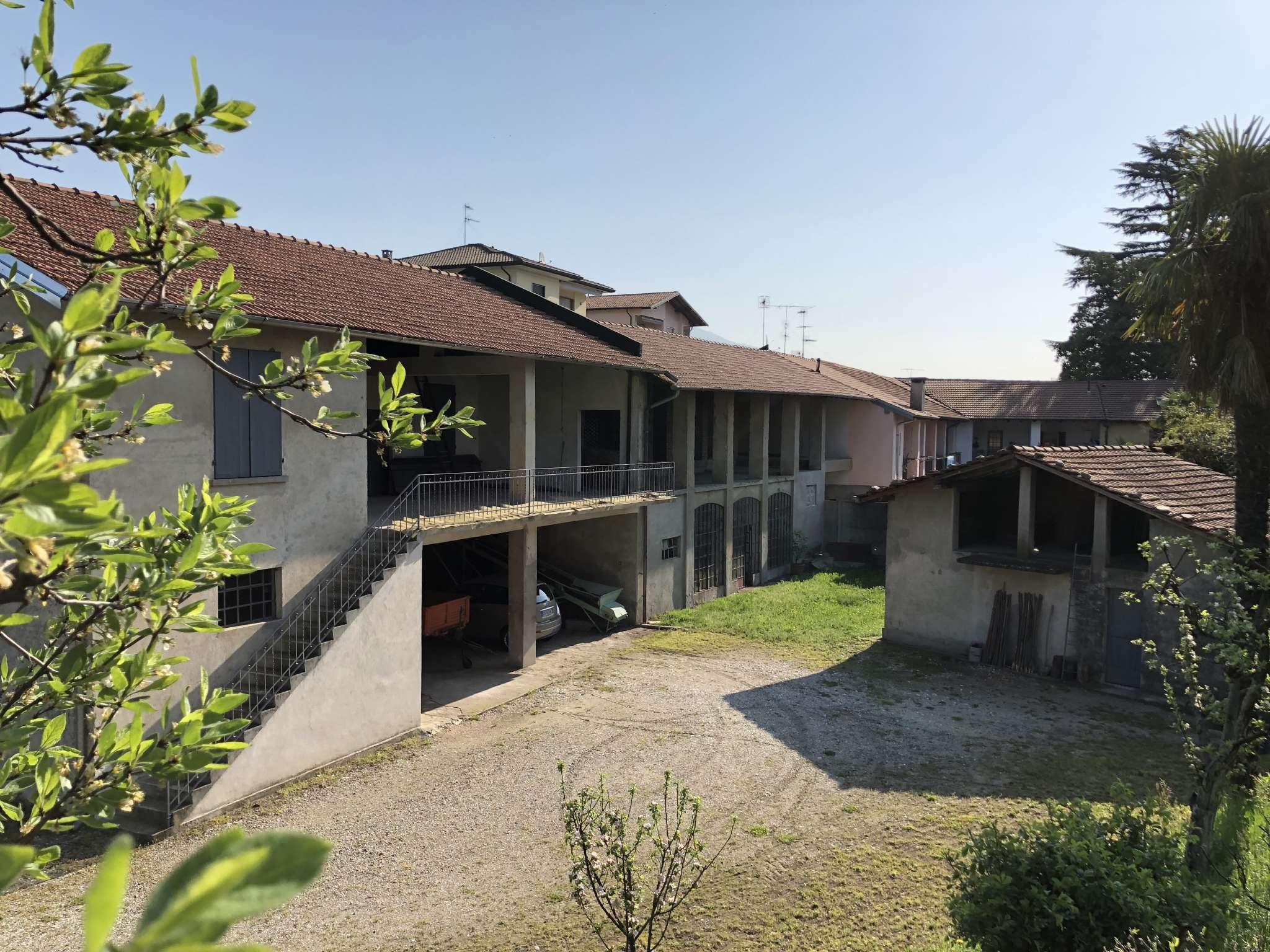 Rustico / Casale in vendita a Besozzo, 9 locali, prezzo € 240.000 | CambioCasa.it