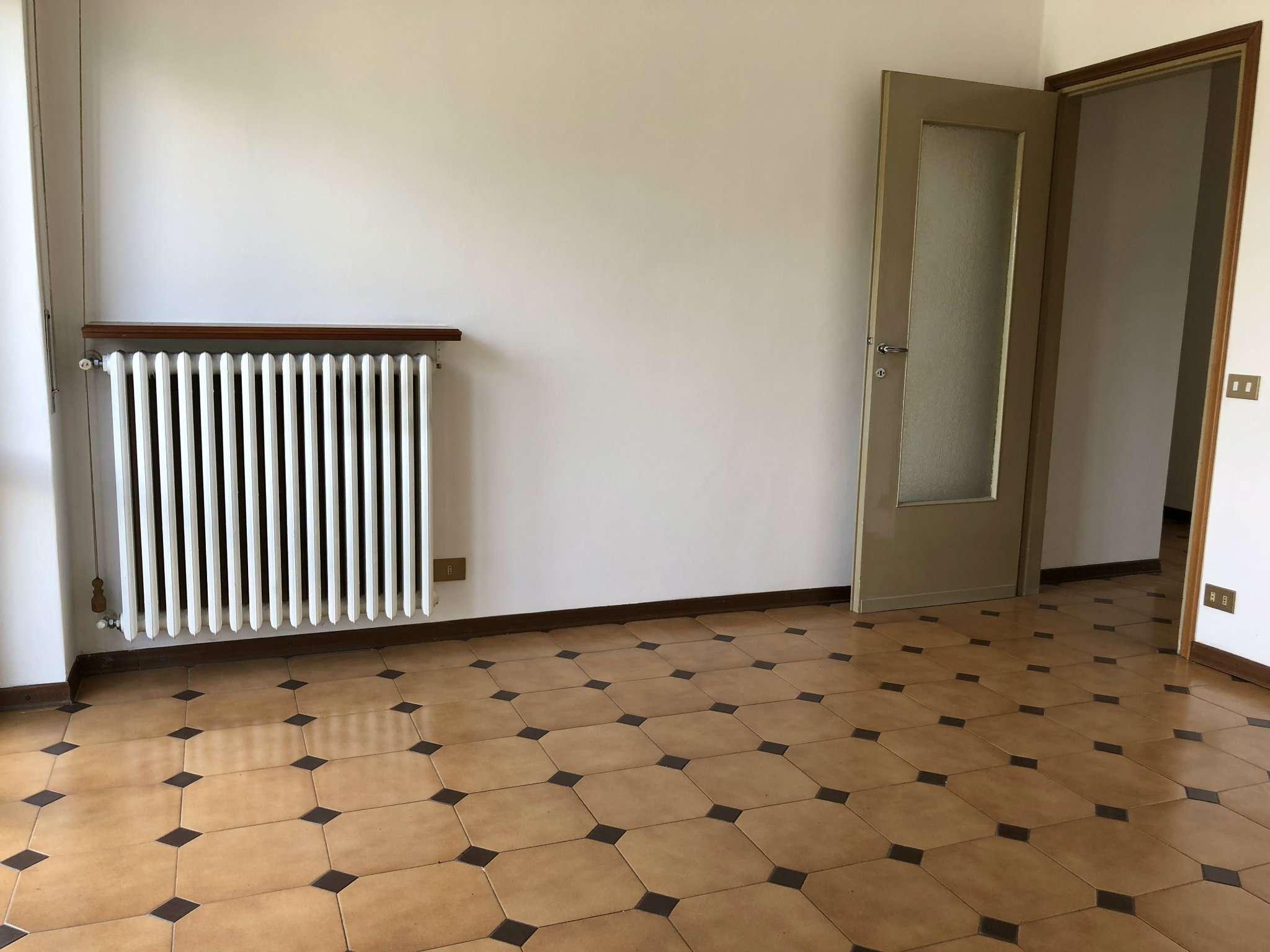 Appartamento in vendita a Gavirate, 3 locali, prezzo € 89.000 | CambioCasa.it