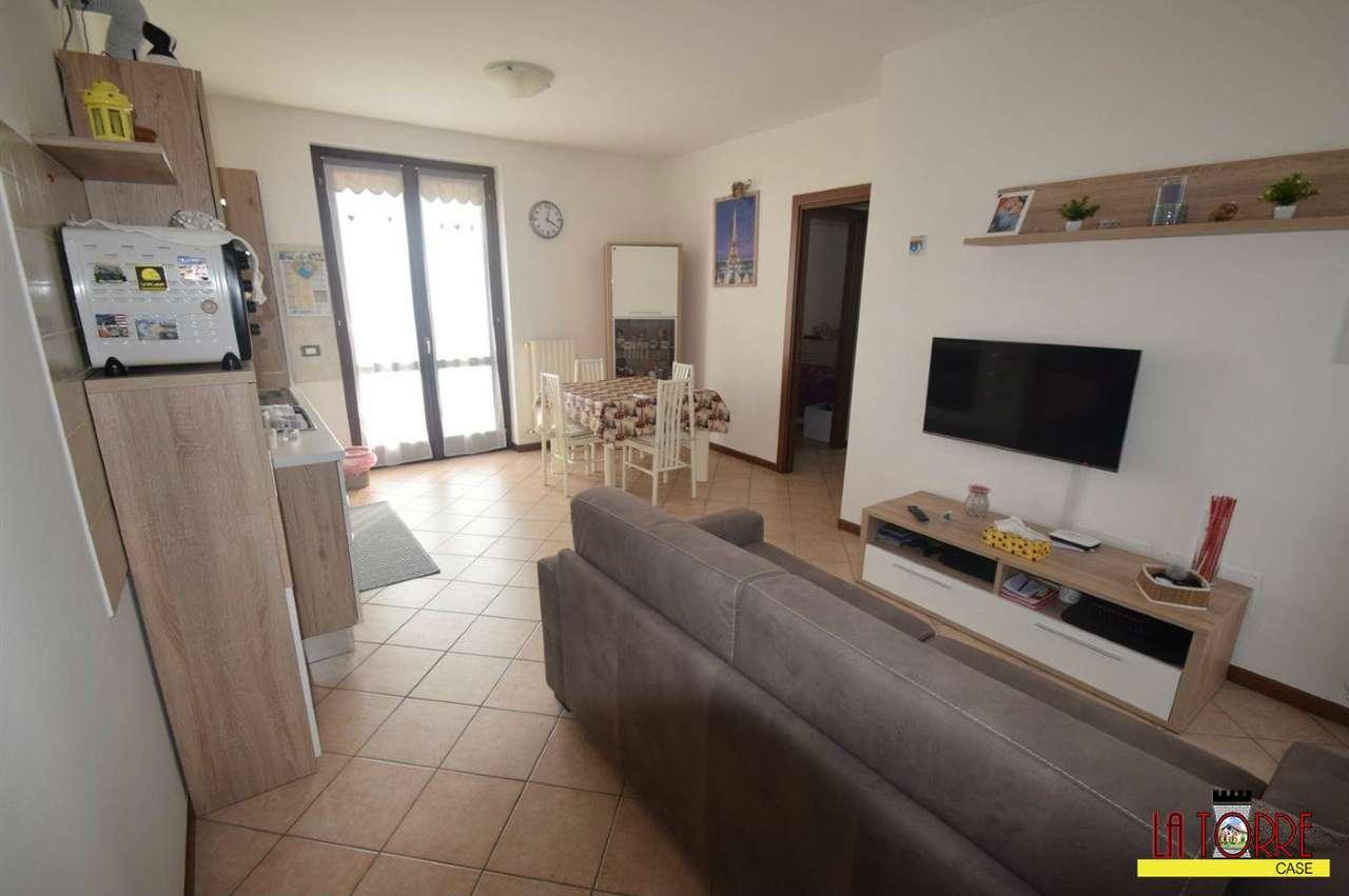 Appartamento in buone condizioni in affitto Rif. 8649756