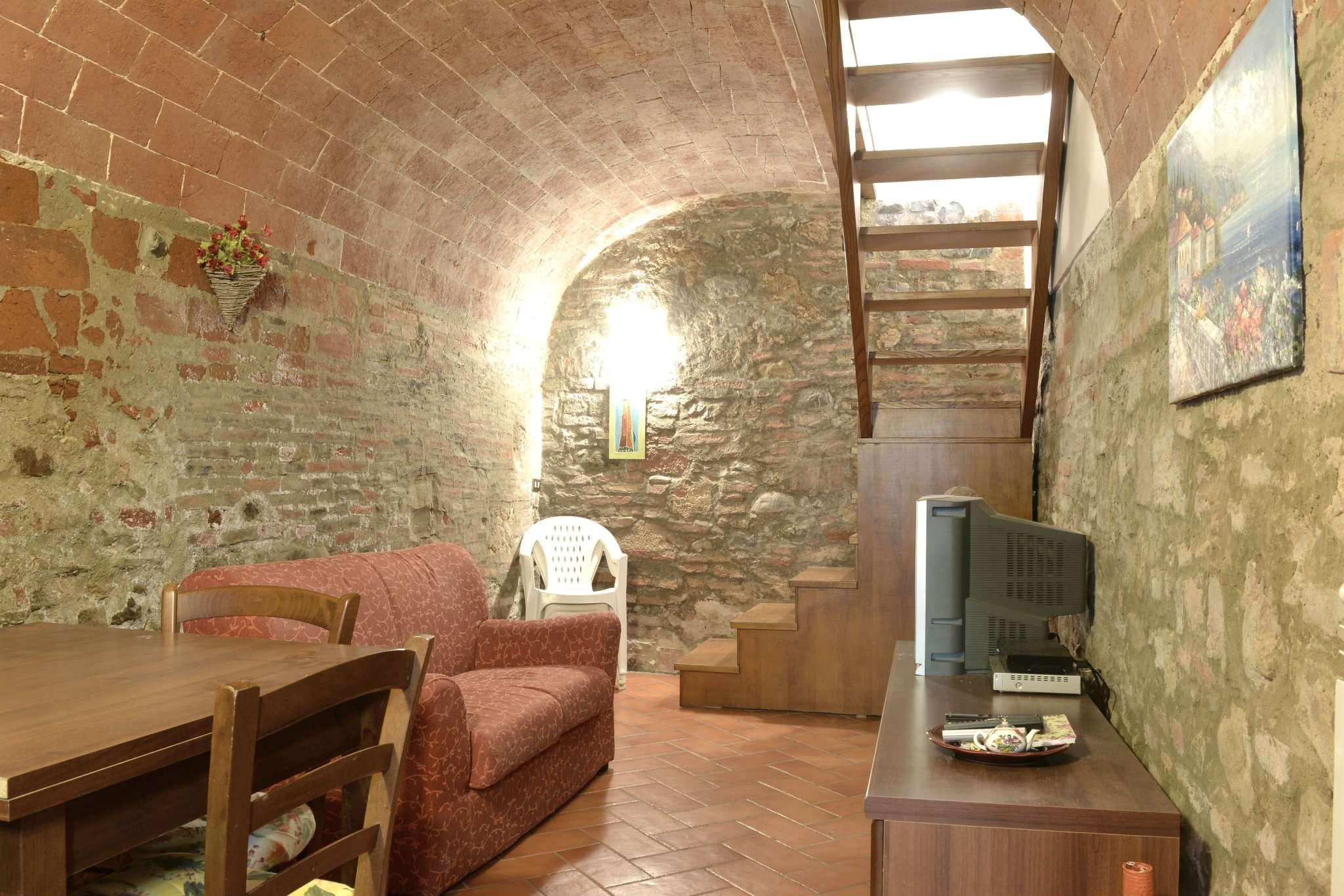 Appartamento in discrete condizioni parzialmente arredato in vendita Rif. 4419610