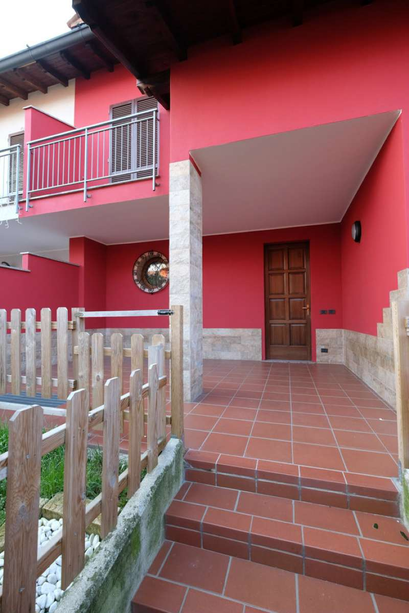 Bottanuco, villa bifamiliare con ampio porticato