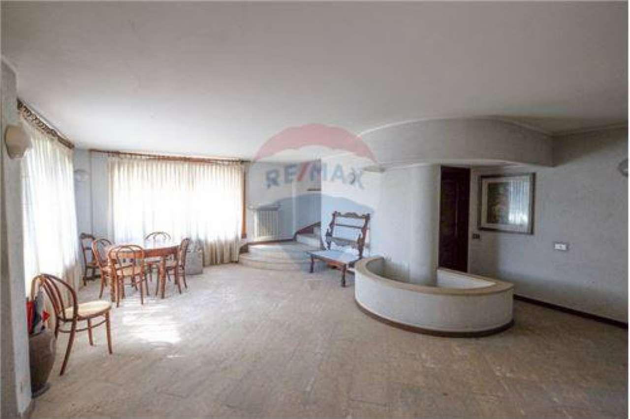 Villa in Vendita a Calcinate