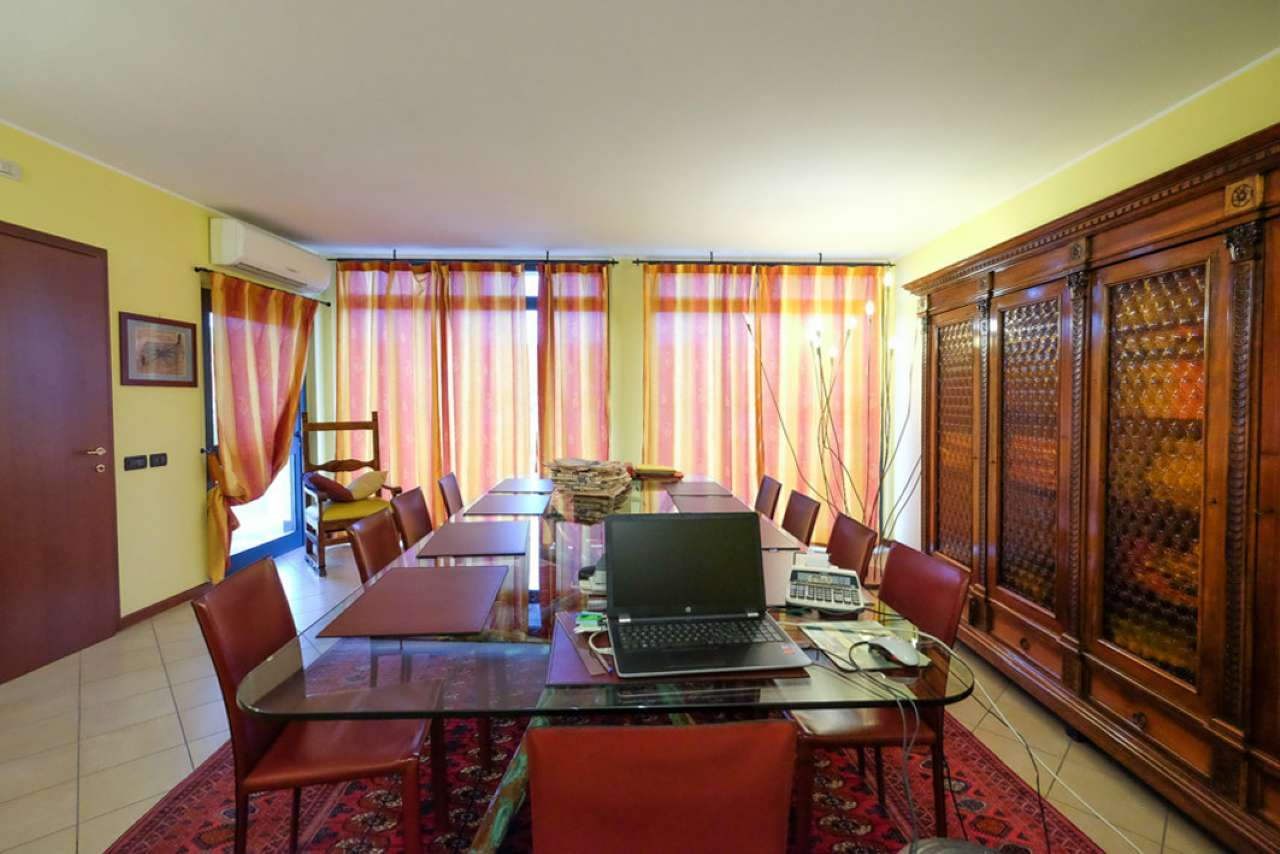 Ufficio / Studio in affitto a Calusco d'Adda, 1 locali, prezzo € 1.000 | CambioCasa.it