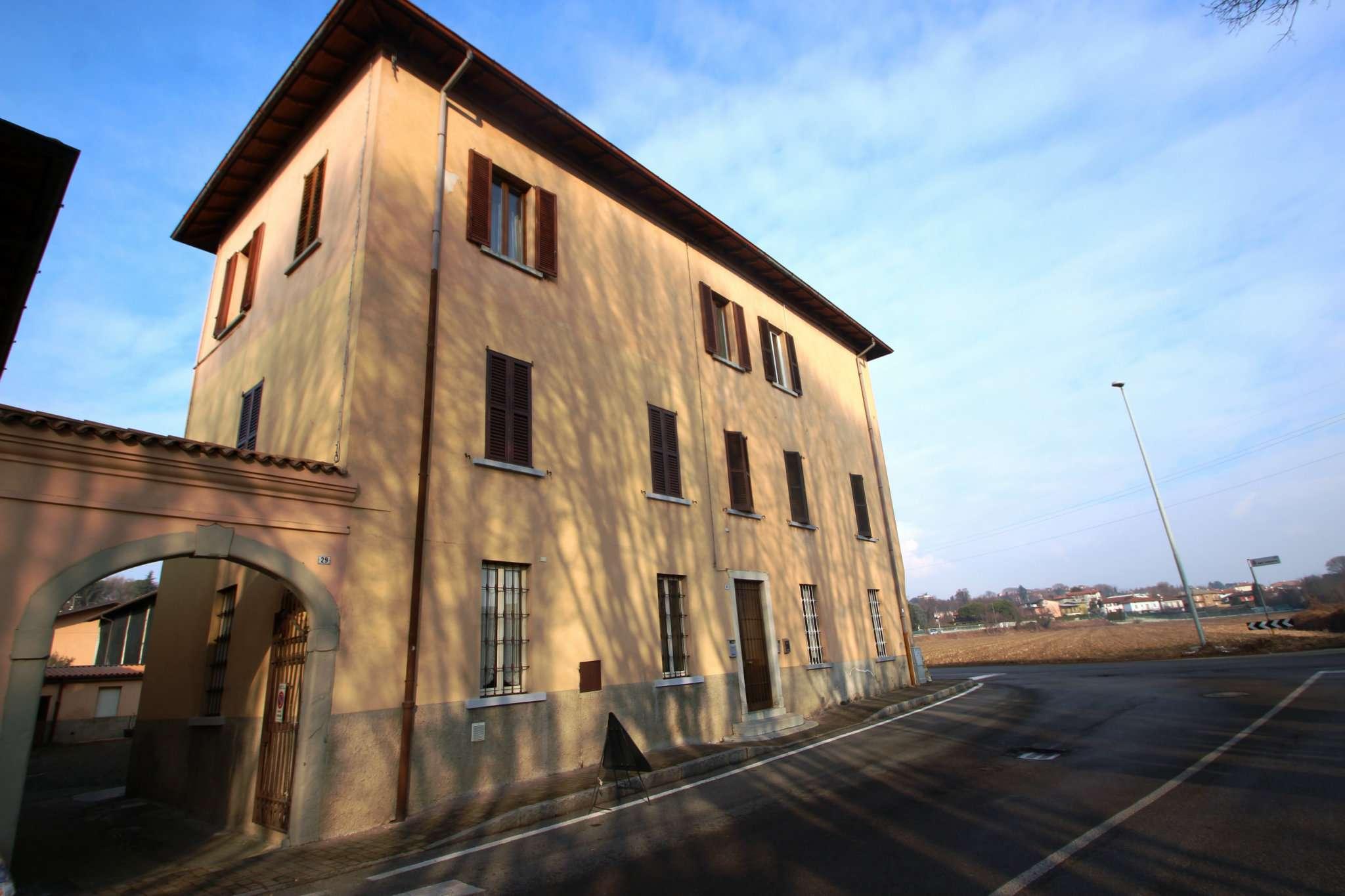 Appartamento in buone condizioni in vendita Rif. 9350118