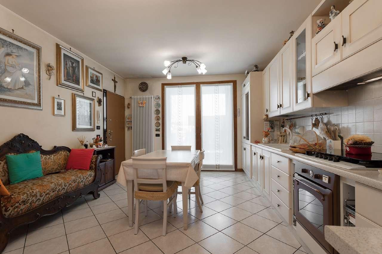 Appartamento in vendita a Trezzano Rosa, 2 locali, prezzo € 95.000 | CambioCasa.it