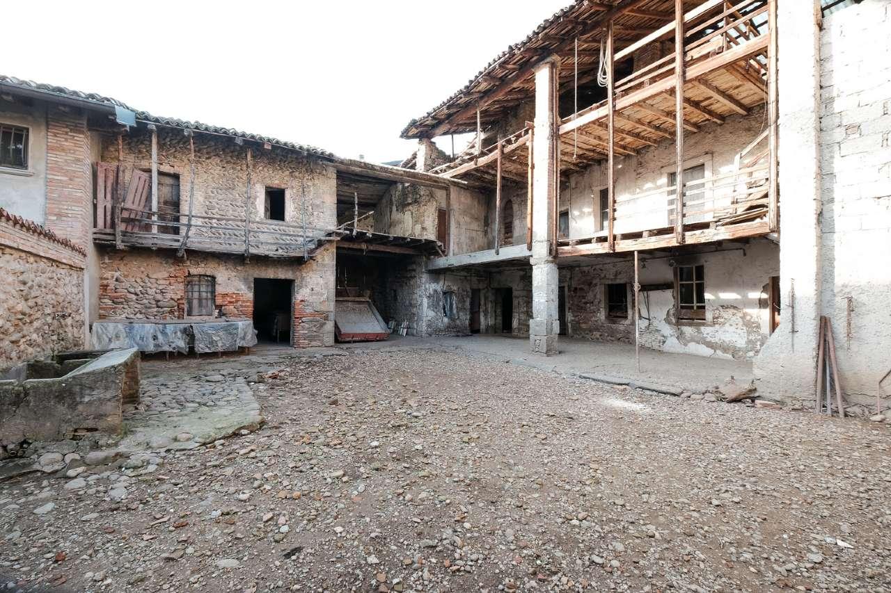 Rustico / Casale in Vendita a Brembate di Sopra