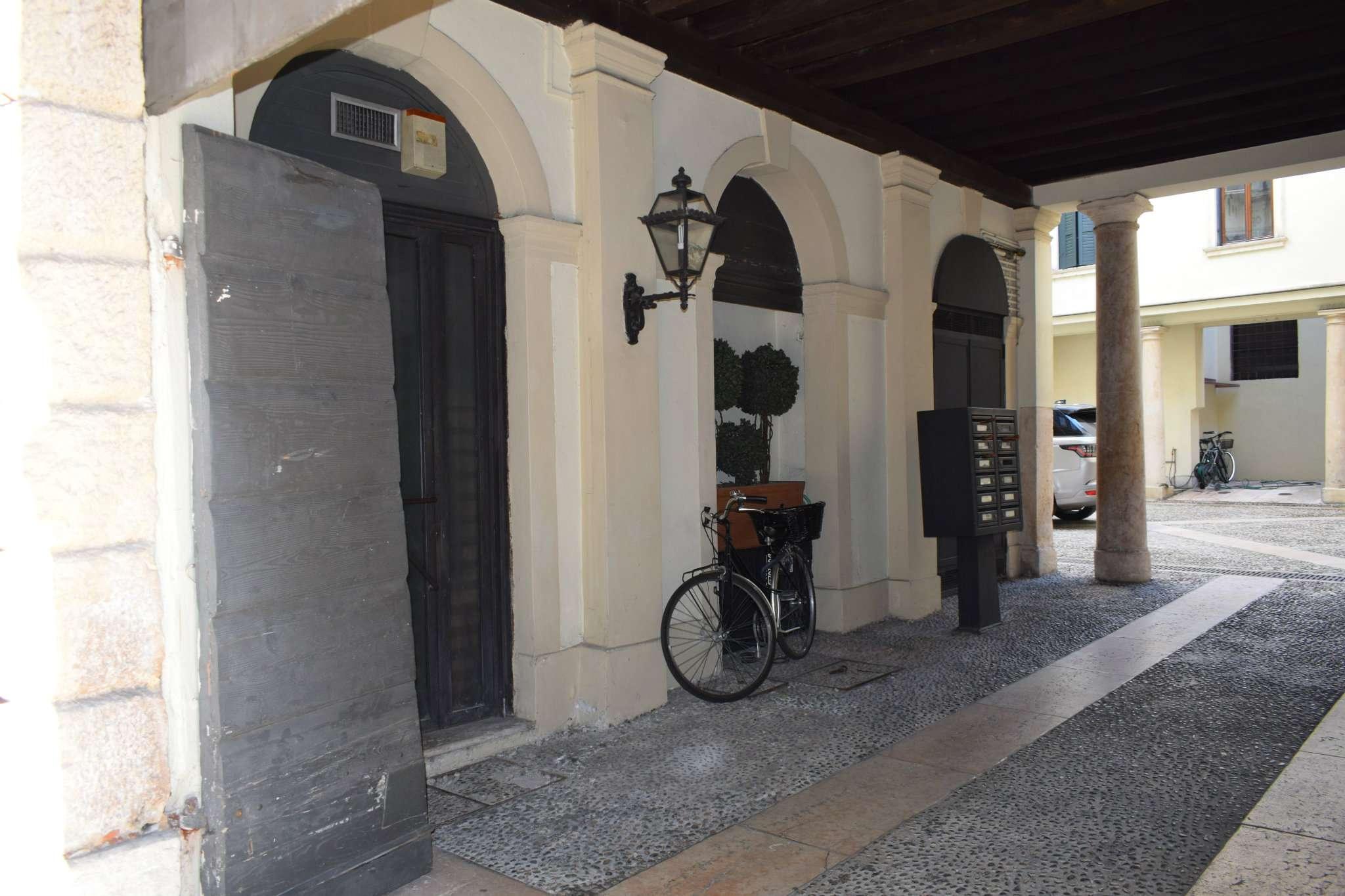 Ufficio / Studio in affitto a Verona, 2 locali, zona Zona: 1 . ZTL - Piazza Cittadella - San Zeno - Stadio, prezzo € 1.300   CambioCasa.it