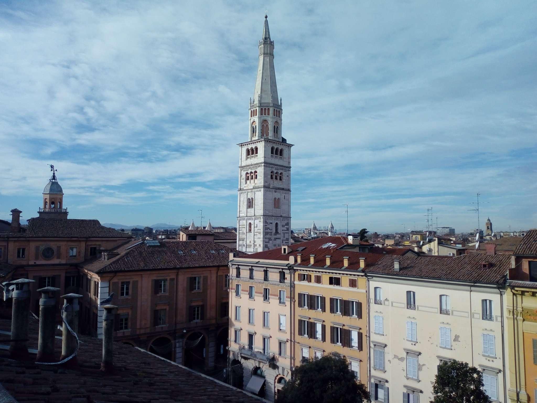 In centro storico con vista Ghirlandina