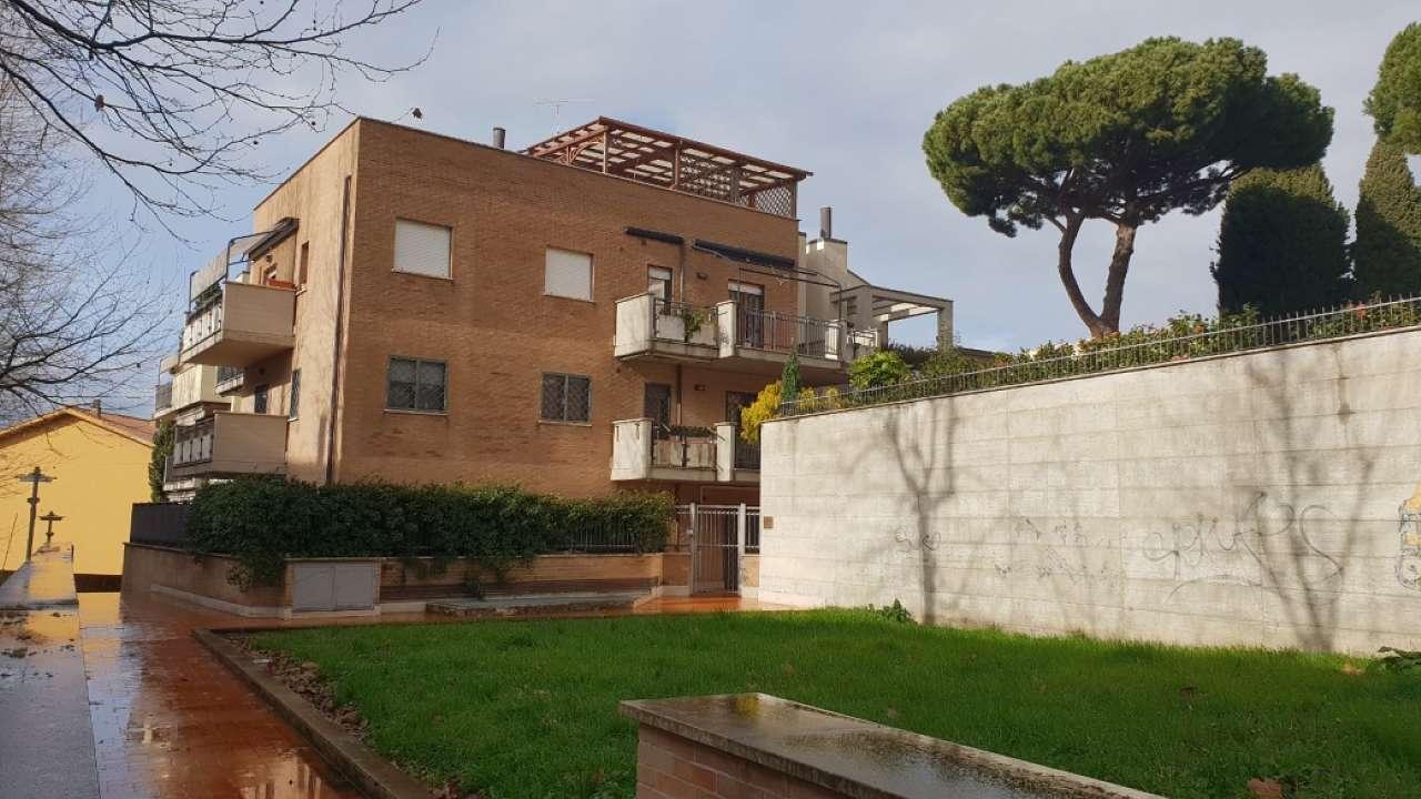 Appartamento in buone condizioni in vendita Rif. 9438539