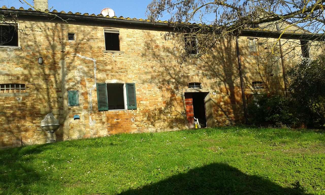 Certaldo - Località Santa maria Avanella vendiamo complesso colonico di circa 600 mq oltre capanni