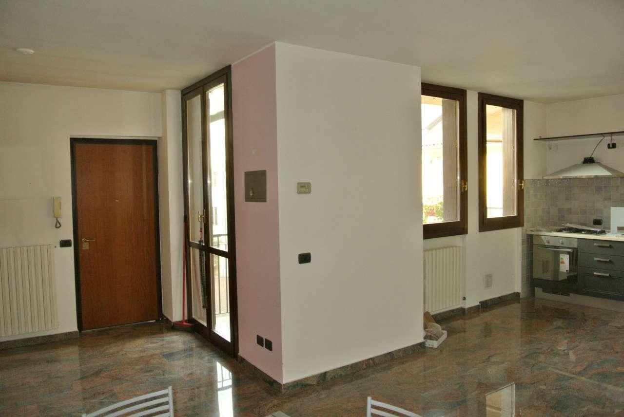 Appartamento in buone condizioni parzialmente arredato in affitto Rif. 8565638
