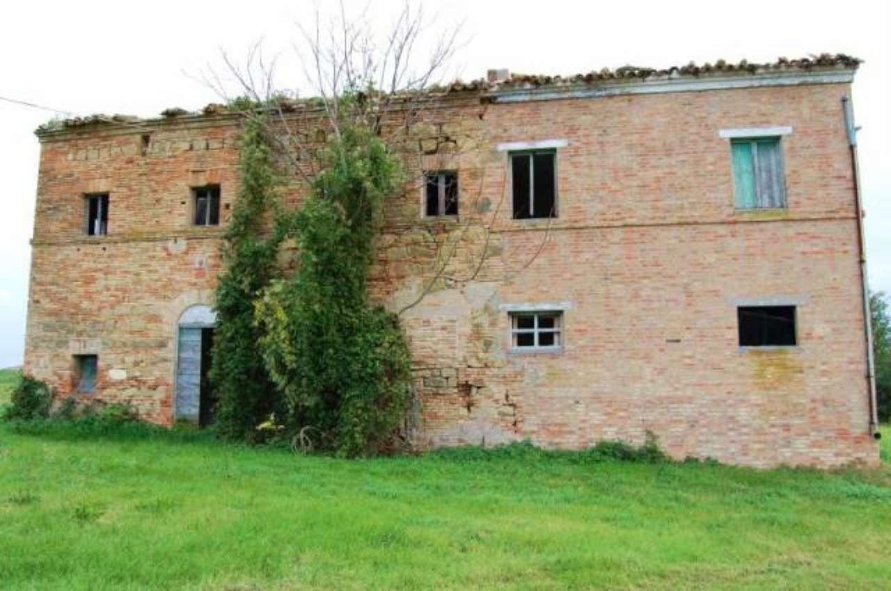 Rustico / Casale in vendita a Treia, 6 locali, prezzo € 170.000 | CambioCasa.it