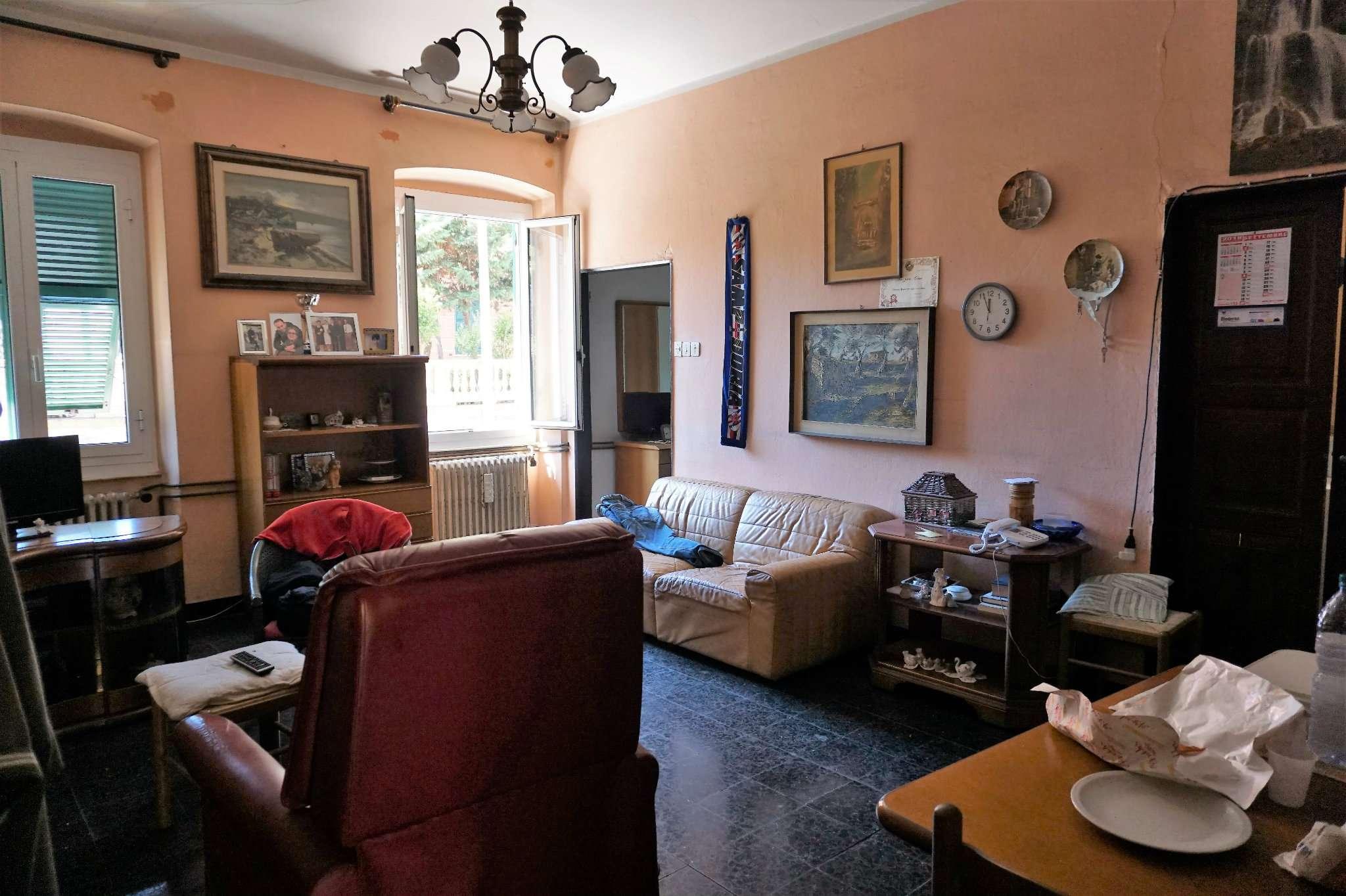 Appartamento in discrete condizioni parzialmente arredato in vendita Rif. 8090153