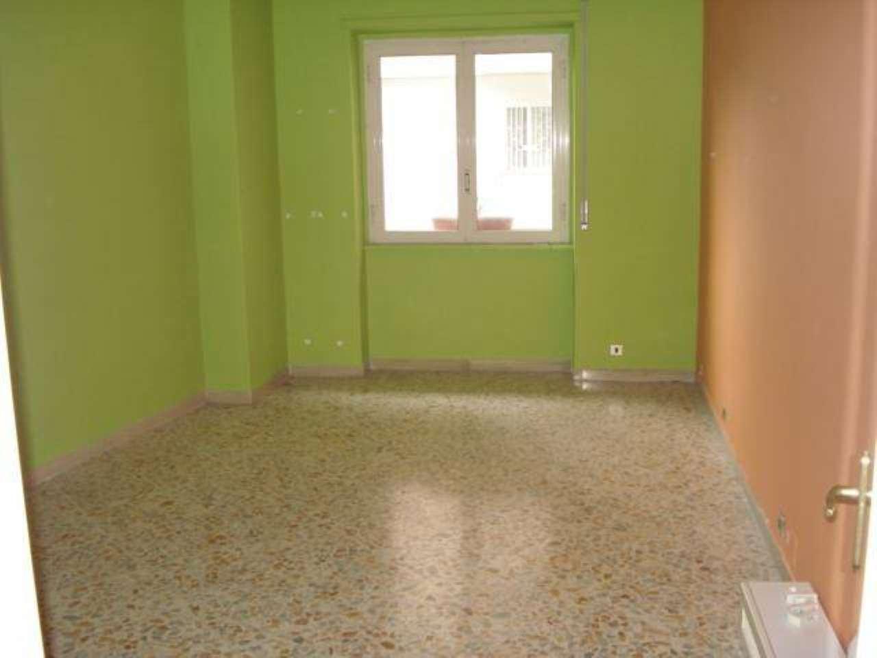 Appartamento in affitto a Napoli, 4 locali, zona Zona: 10 . Bagnoli, Fuorigrotta, Agnano, prezzo € 750 | CambioCasa.it