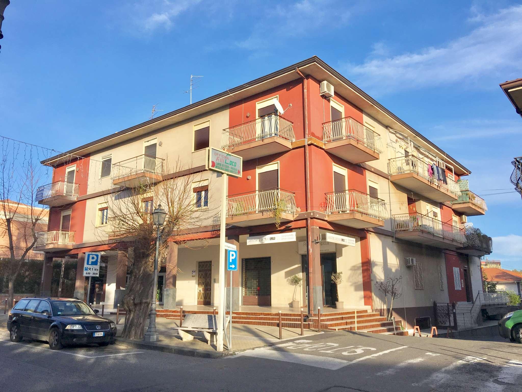 Viagrande - via Garibaldi - Primo piano - Cinque vani,cucina,doppi servizi,terrazzo di 120 mq.