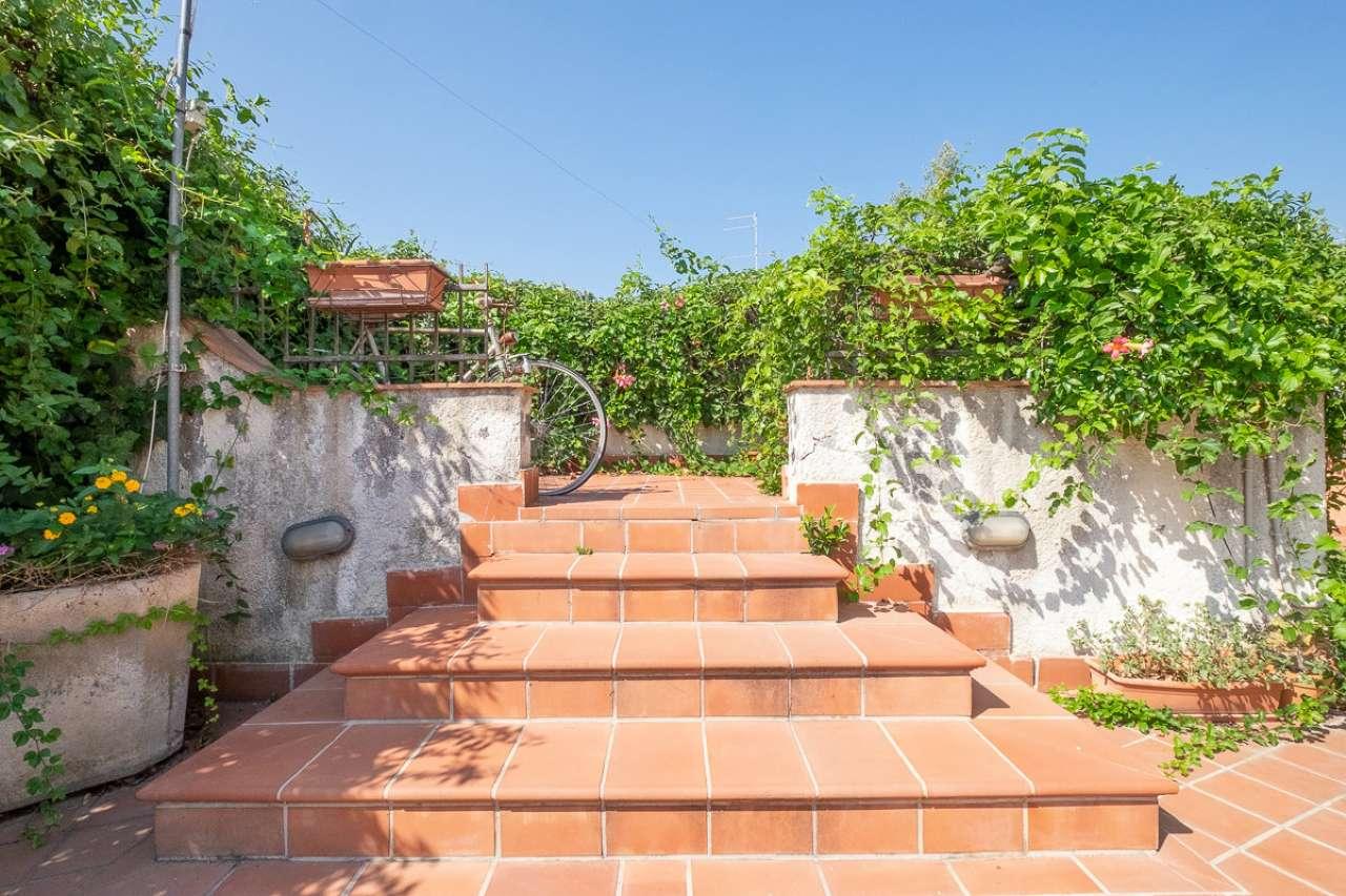 Vende appartamento  piano terra 4 vani con giardino e posto auto collina di Acitrezza