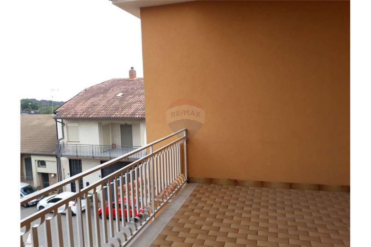 Appartamento in buone condizioni in affitto Rif. 8402808