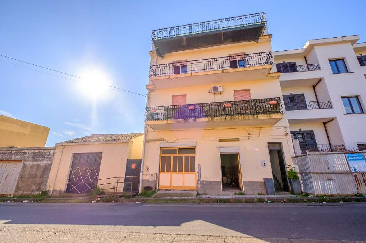 Palazzetto con appartamento,terrazze, magazzino, garage e terreno