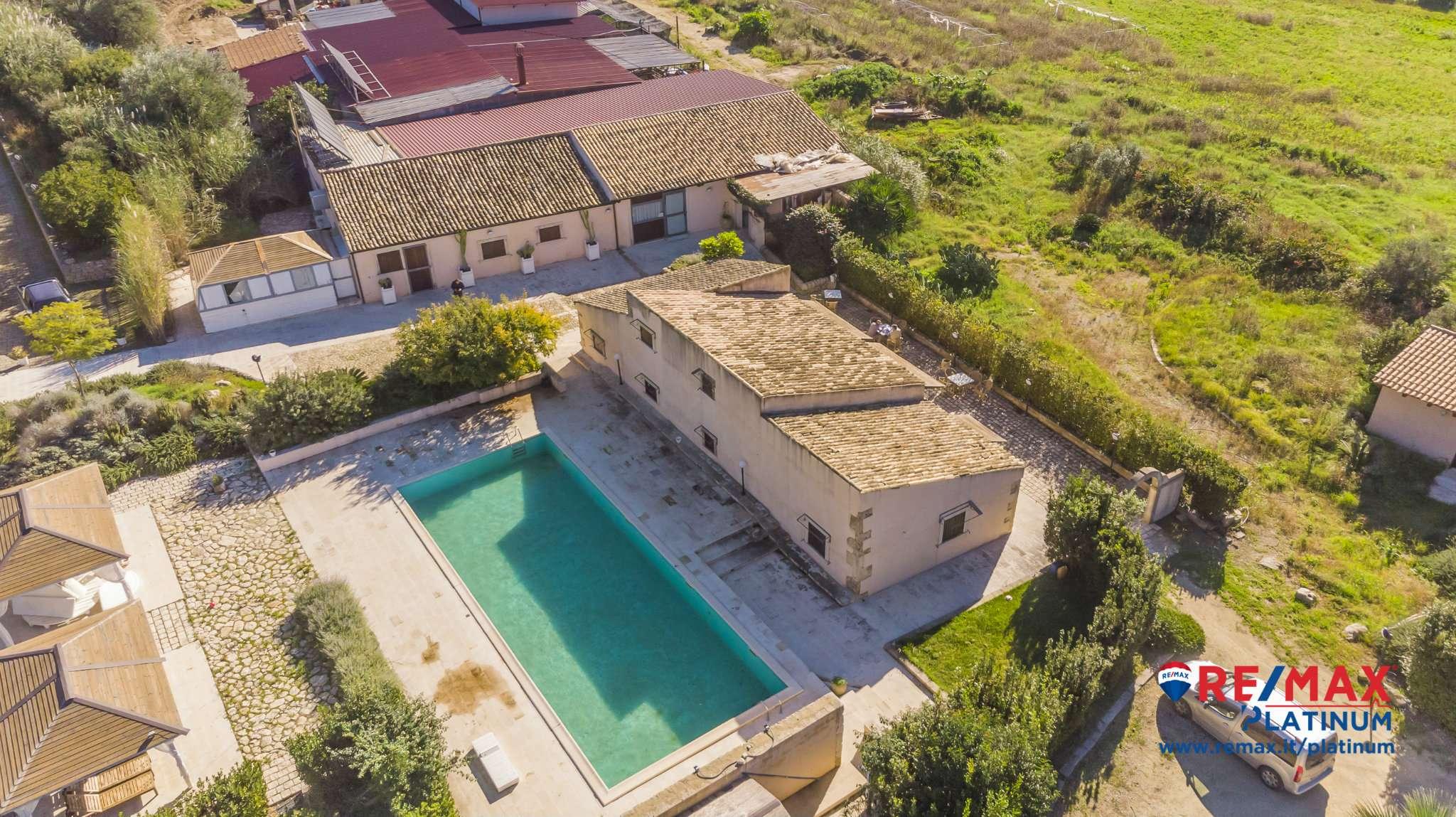 Elegante complesso immerso nelle colline siciliane