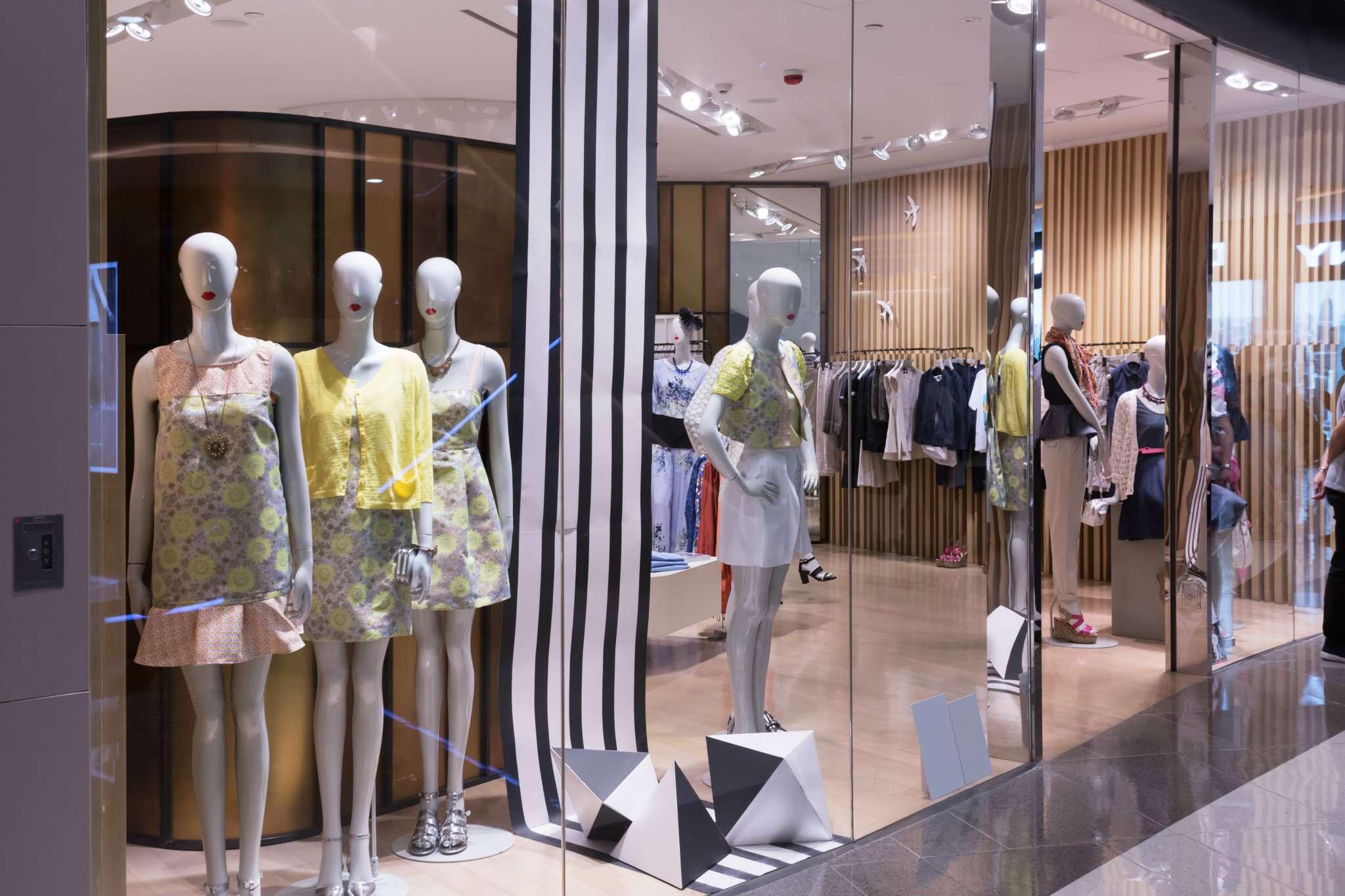 Ampio e visibile negozio di circa 135 mq+70 mq di portico galleria in Centro a Carpi(MO)