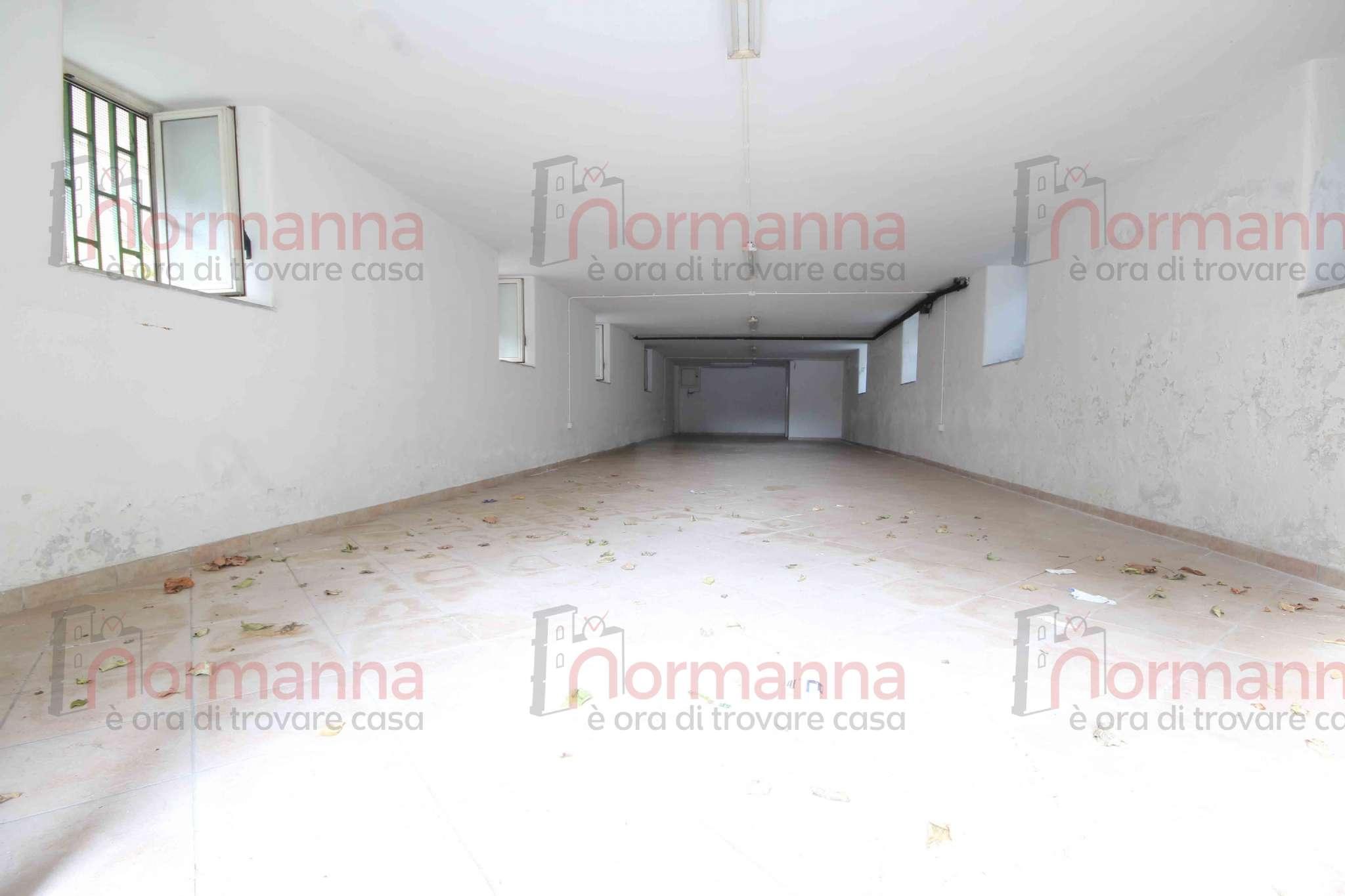 Negozio / Locale in affitto a Lusciano, 1 locali, prezzo € 250 | CambioCasa.it