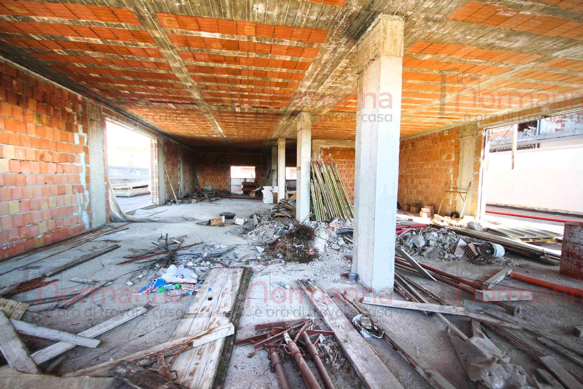 Negozio / Locale in affitto a Lusciano, 1 locali, prezzo € 3.500 | CambioCasa.it