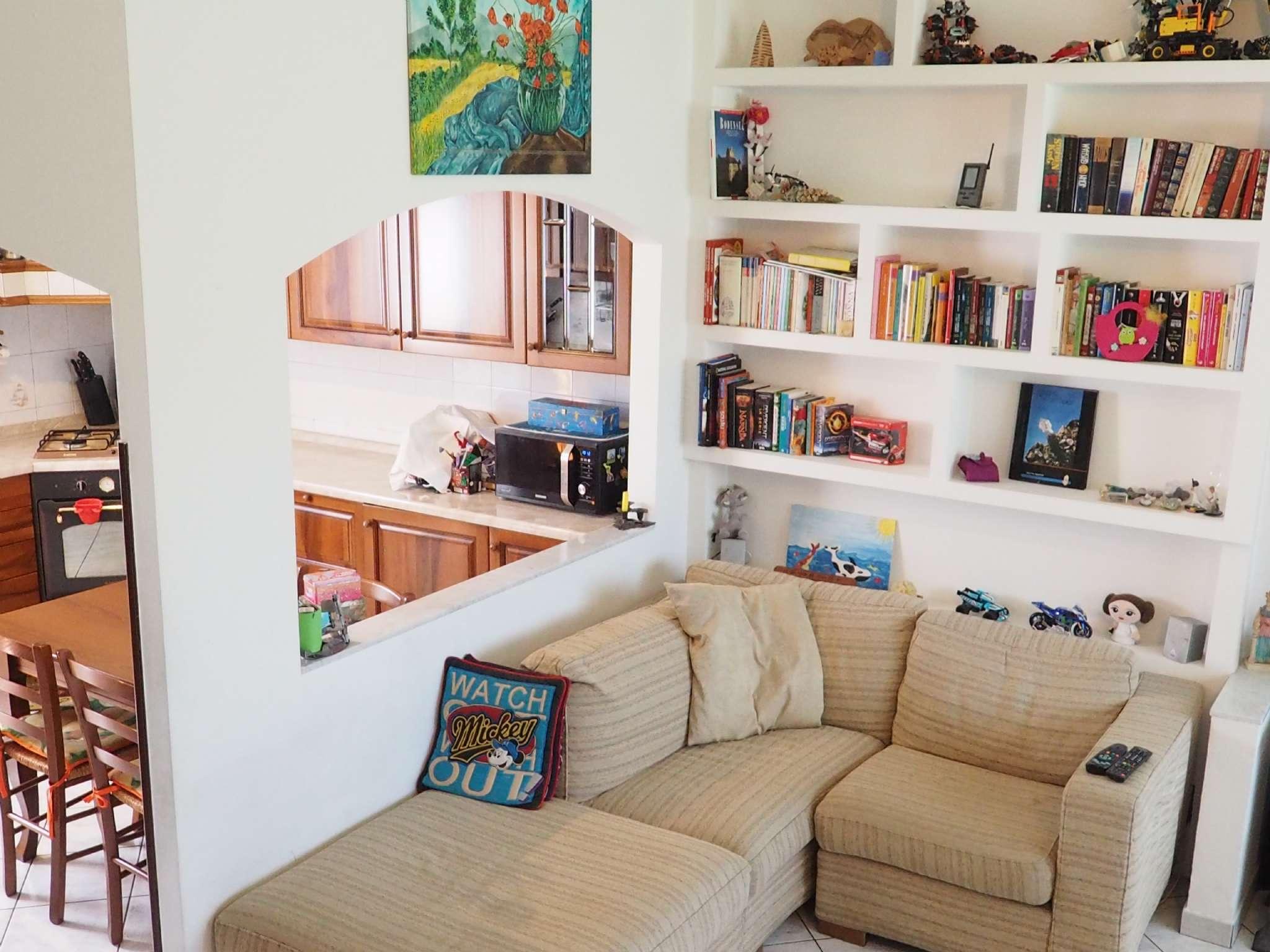In contesto residenziale immerso in verde condominiale appartamente su due livelli.