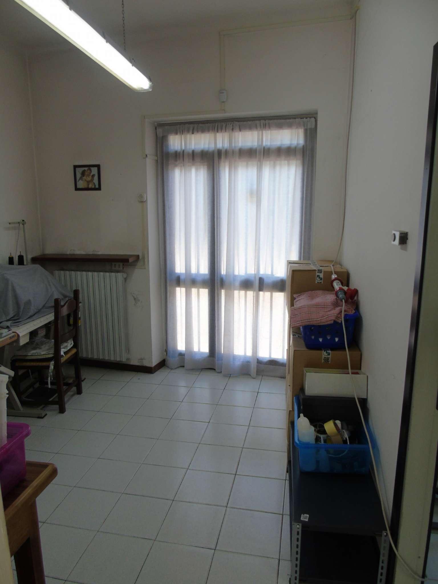 Negozio / Locale in affitto a Gerenzano, 2 locali, prezzo € 400 | CambioCasa.it
