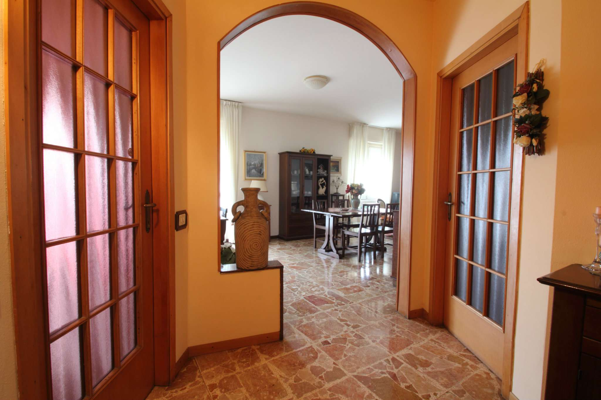 Lomagna: centro, ampio appartamento di mq. 112
