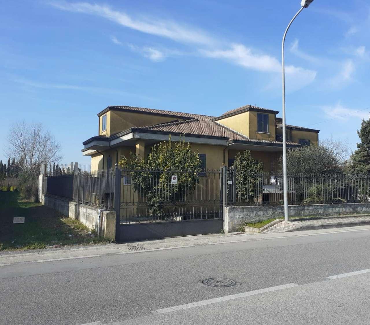 Soluzione Indipendente in vendita a Marcianise, 5 locali, prezzo € 350.000   CambioCasa.it