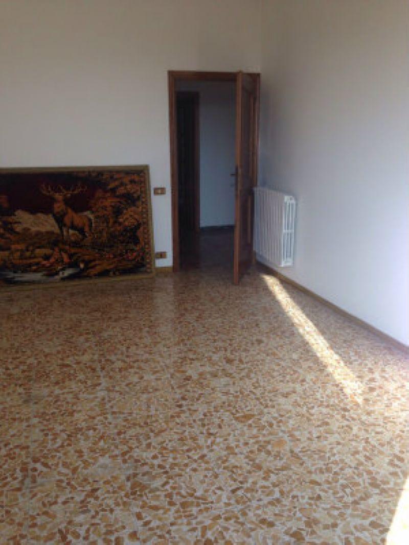Appartamento in discrete condizioni parzialmente arredato in vendita Rif. 8466425